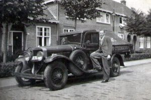 Jaap Plenter met de transportauto +/- 1935